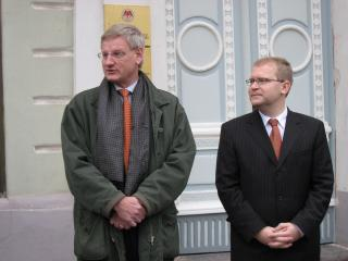 Swedish Foreign Minister Carl Bildt and Estonian Foreign Minister Urmas Paet at the opening of the Swedish Honorary Consulate in Tartu on 22 November 2006.